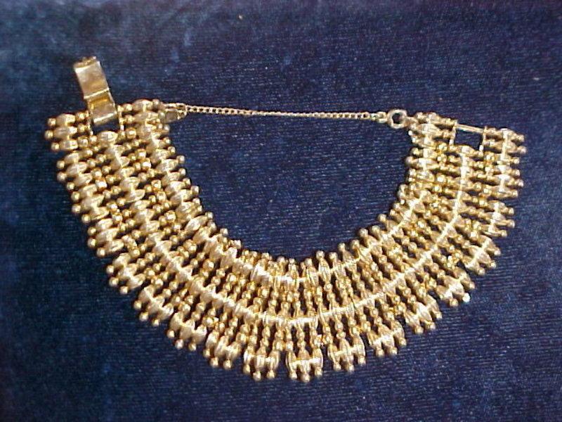 VINTAGE 1950'S LARGE GOLD TONED MONET BRACELET