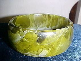 VINTAGE CHUNKY LUCITE BANGLE BRACELET SMOKEY LIME GREEN