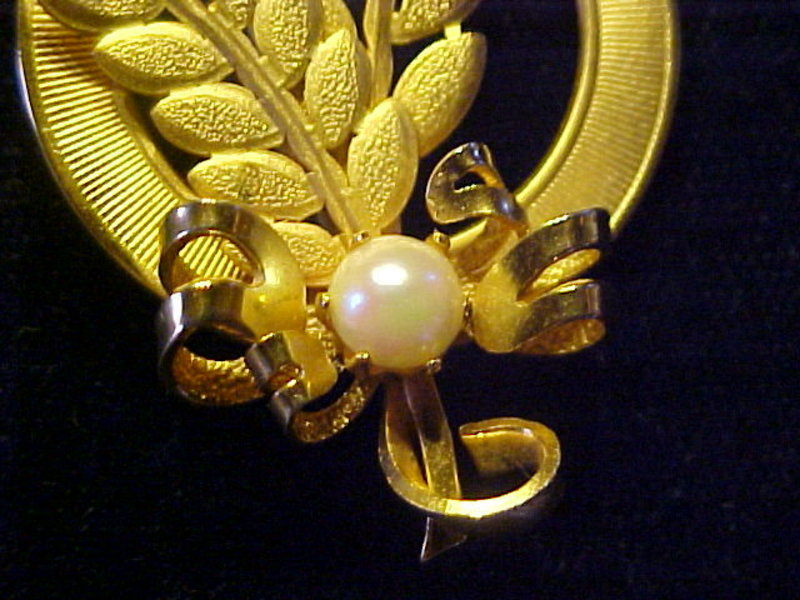 VINTAGE GOLD TONED BROOCH W/ FERN BRANCHES & PEARL