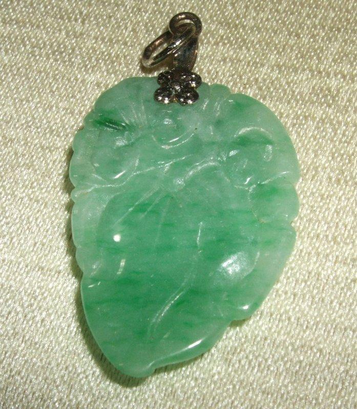 Jade peach and bat pendant