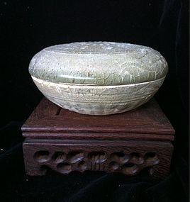 Chinese yue kiln covered box