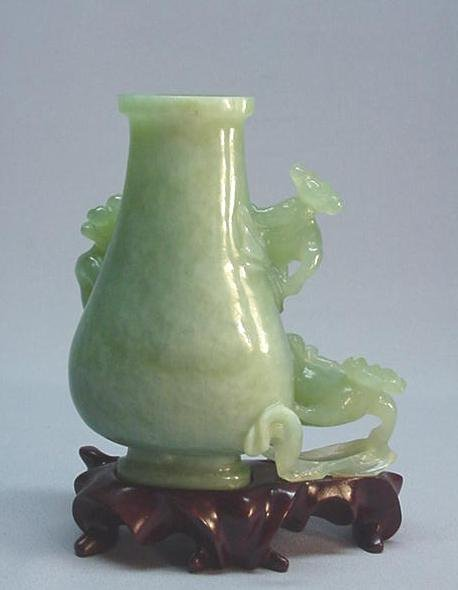 CHINESE BOWENITE CARVING OF A VASE