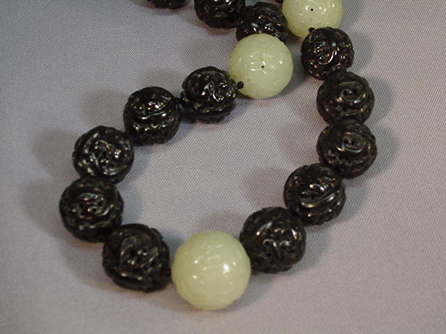 EARLY 20TH C. CHINESE CARVED JADE NECKLACE