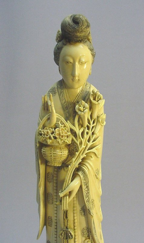 19TH C. CHINESE IVORY CARVING OF A NOBLE LADY