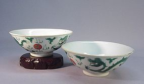 A PAIR OF CHINESE FAMILLE VERTE BOWLS
