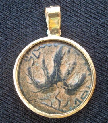 A JEWISH BAR-KOCHBA COIN SET IN 18K GOLD PENDANT