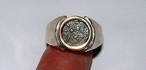 A WIDOWS MITE SET IN SILVER AND 14K GOLD RING