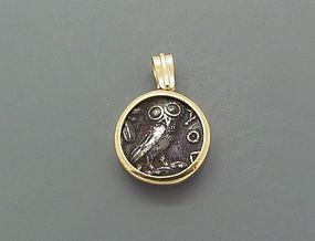 AN ATHENIAN SILVER TETRADRACHM SET IN AN 18K GOLD PENDANT