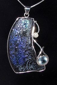 A ROMAN GLASS FRAGMENT IN SILVER PENDANT WITH AQUAMARINE AND BEAD