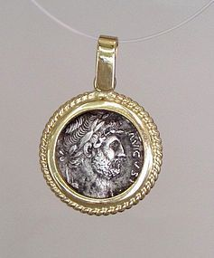 A ROMAN DENARIUS OF HADRIAN IN 18K GOLD PENDANT