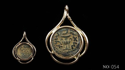 A MASADA PRUTAH OF THE FIRST JEWISH REVOLT IN 14K GOLD TREFOIL PENDANT