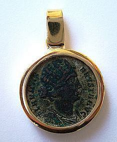 A ROMAN BRONZE FOLLIS OF ST. HELEN IN 18K GOLD PENDANT