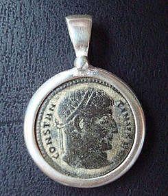 A ROMAN BRONZE COIN OF CONSTANTINE I IN SILVER PENDANT