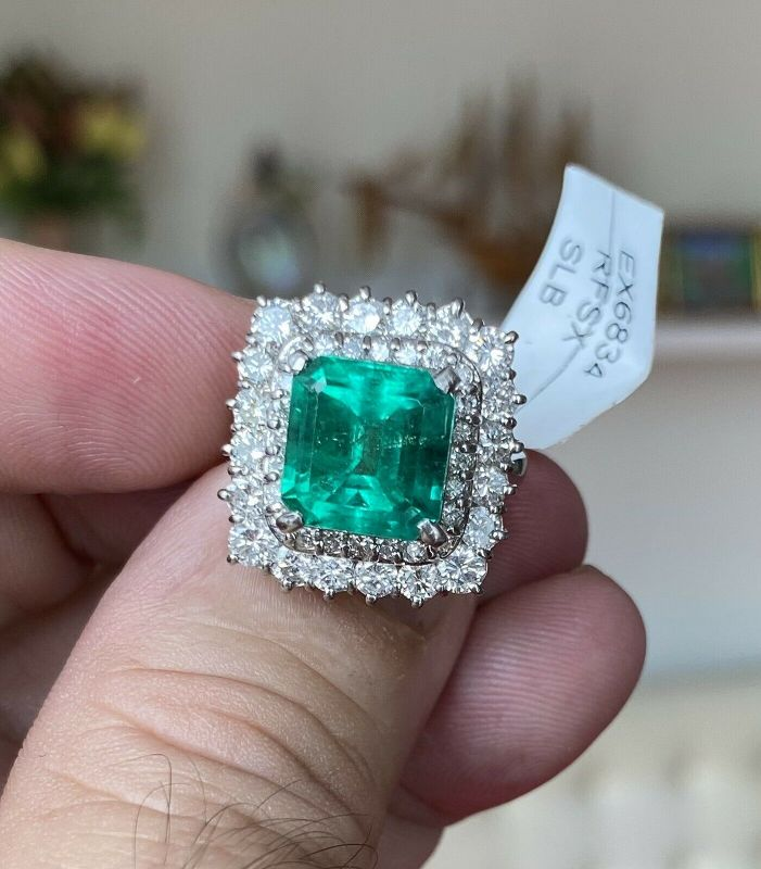 Stunning 5.04ct Colombia Emerald & Diamond Platinum Ring