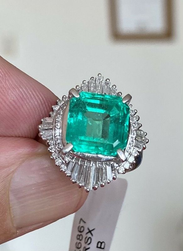 Beautiful 4.92ct Colombia Emerald & Diamond Platinum Ring