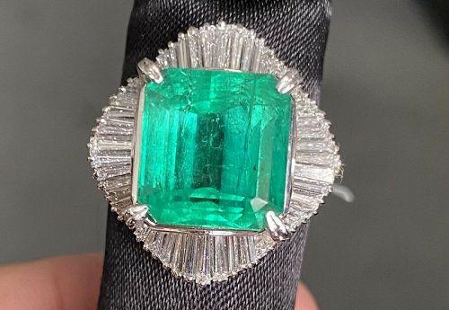 Beautiful 9.67ct Colombia Emerald & Diamond Platinum Ring
