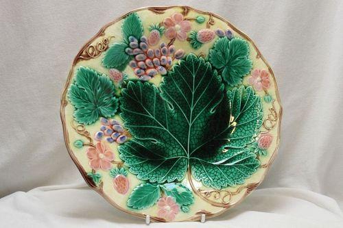 "Wedgwood majolica plate ""Grape and strawberry"""