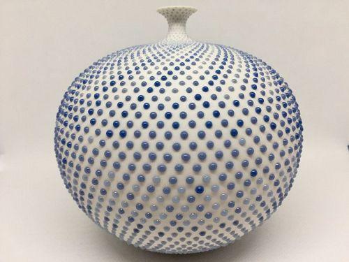 Porcelain vase by Manami Okayasu