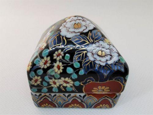 Imari porcelain box by Naomi Mori