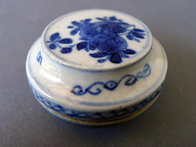 A lovely Qianlong blue and white covered box