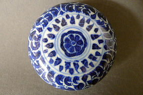 A Qianlong covered box with an superb deep cobalt blue