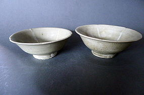A pair of Five Dynasties petal-lobed bowls