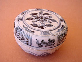 Blue and white Annamese covered box !