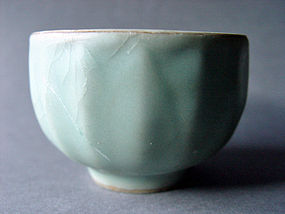 Example for a rare Northern Song Longquan Bowl