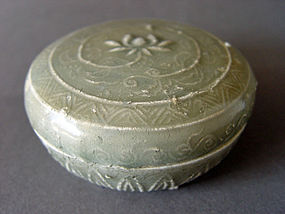 A rare Yue Ware covered box with a molded decoration