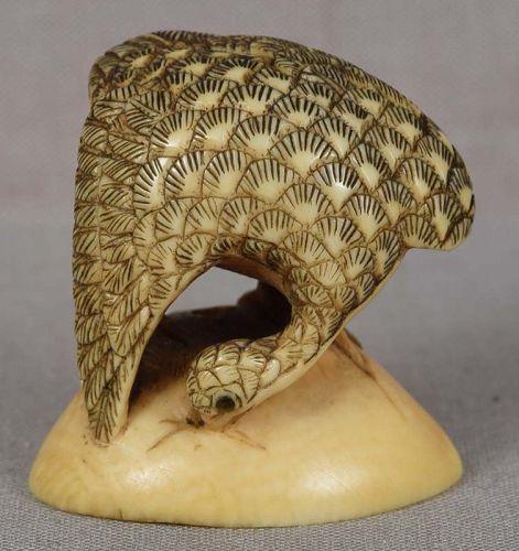 19c netsuke BIRD on clam shell