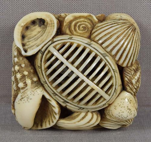 Early 19c netsuke KENDO HELMET breastplate, seashells