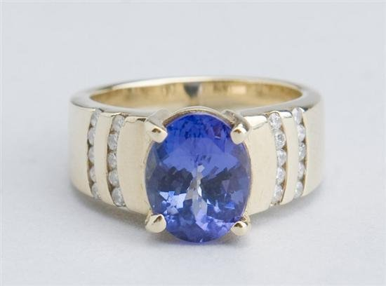 4.3 CT TANZANITE & DIAMONDS RING  *** ESTATE PIECE