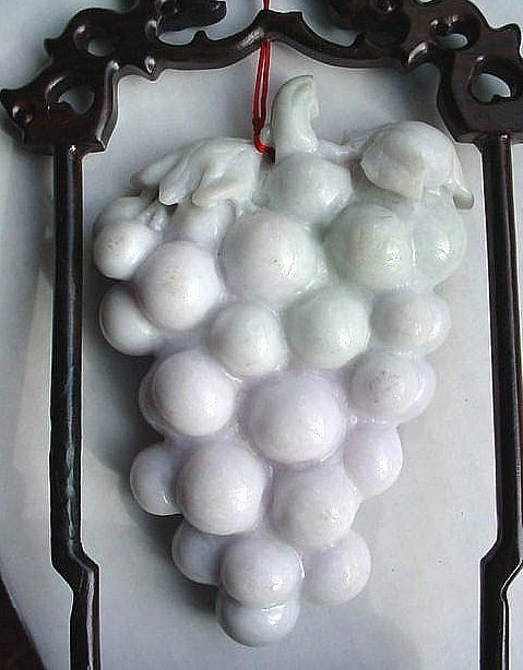 FINE CHINESE CARVING OF WHITE JADE GRAPES
