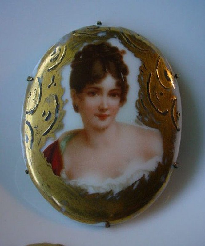 ANTIQUE HAND PAINTED PORCELAIN BROOCH OF A LADY