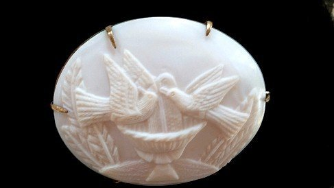 ANTIQUE CAMEO DEPICTING TWO LOVEBIRDS CAMEO CARVED CONCH SHELL
