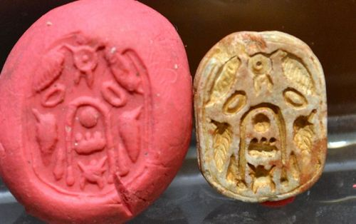 AN ANCIENT EGYPTIAN SCARAB WITH CARTOUCHE OF THUTMOSE III