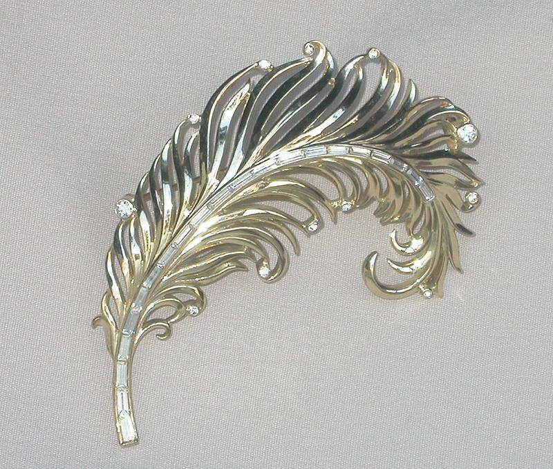GRACEFUL TRIFARI BROOCH