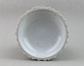 A WHITE GLAZED FLOWER SHAPE SMALL DISH (MING DYNASTY)