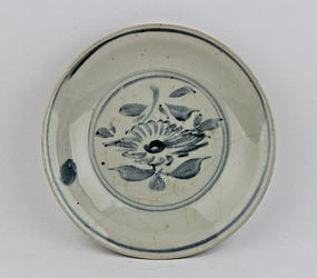 BLUE & WHITE ZHANGZHOU WARE DISH WITH A CHRYSANTHEMUM