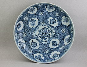 A MING EARLY 16th CENT' BLUE AND WHITE DISH