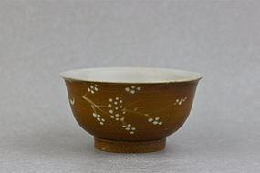 A LATE MING DYNASTY 17th CENTURY BROWN GLAZE WITH WHITE SLIP BOWL