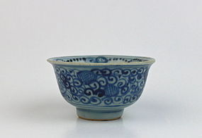 A GOOD MING DYNASTY B/W SMALL TEA-BOWL
