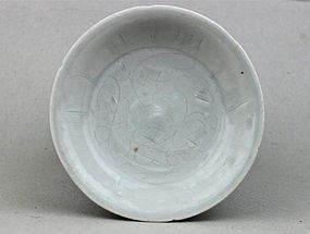 A SONG DYNASTY WHITE GLAZE DISH WITH CARVED INCISED FLORAL SPRAY