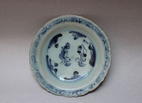 A  MING DYNASTY BLUE & WHITE DISH WITH FIGURES