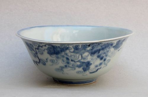 A  MING DYNASTY BLUE & WHITE BOWL WITH GRAPE'S PATTERN