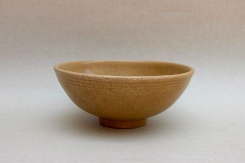 A GOLDEN YELLOWISH LONGQUAN CELADON BOWL