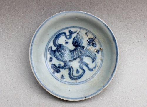 BLUE AND WHITE SAUCER DISH WITH LION PLAYING