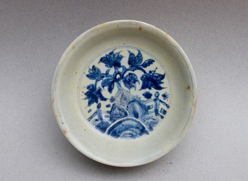 A MING 16th CENTURY BLUE & WHITE DISH WITH GARDEN SCENE