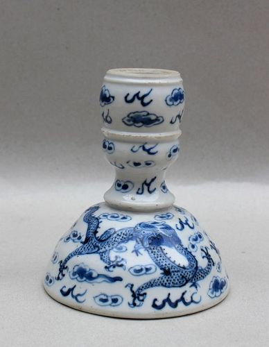 A BLUE AND WHITE CANDLESTICK WITH A PAIR OF DRAGON