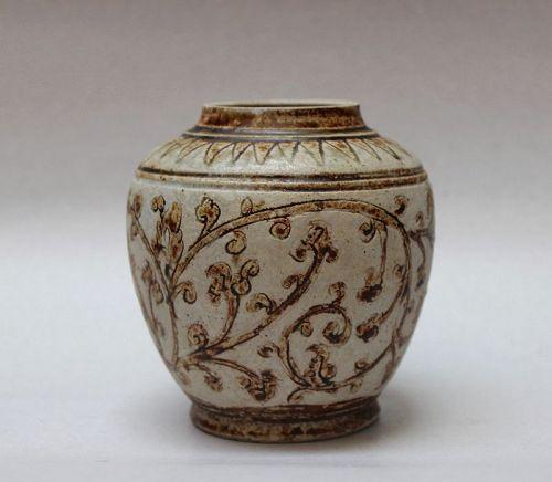 A SAWANKHALOK JAR WITH INCISED FLORAL SPRAYS